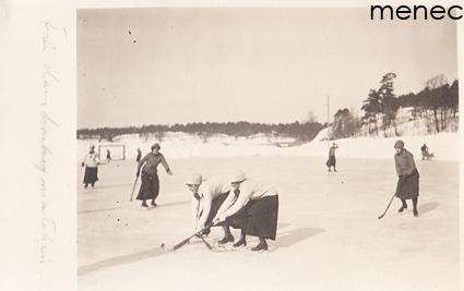 Naiset pelaamassa jääpalloa